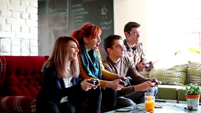 Collega's spelen van videogames in het kantoor relax kamer
