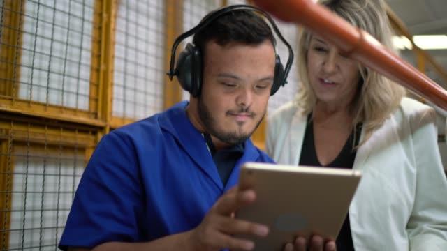 kollegen, die digitales tablet nutzen und in der industrie arbeiten - maschinenbau stock-videos und b-roll-filmmaterial