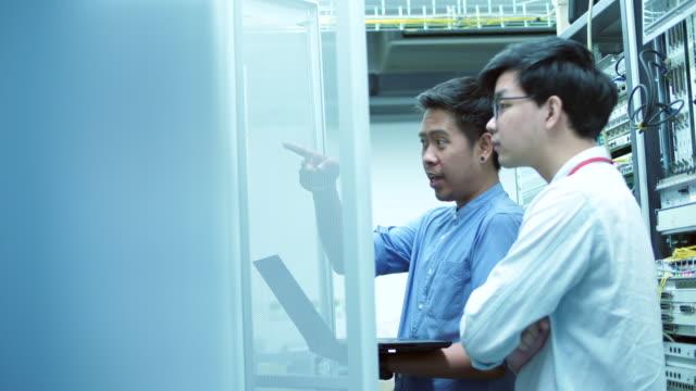 データ・センターで診断を行う同僚 - 修理する点の映像素材/bロール