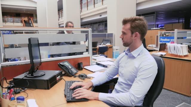 vídeos de stock e filmes b-roll de colleagues working in office - fazer um favor