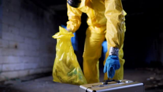 検査のための生物危険廃棄物の収集 - 有害廃棄物点の映像素材/bロール