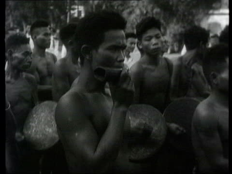 collection 1955 collection t301255 tx people pay homage to south vietnamese head of state ngo dinh diem saigon people marching with banner along to... - palacio stock videos & royalty-free footage