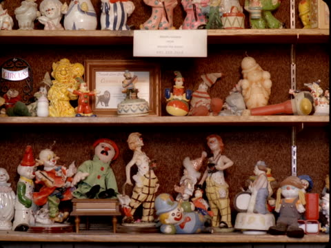 stockvideo's en b-roll-footage met ms, collection of clown figurines on shelves, tonopah, nevada, usa - verzameling