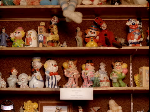 ms, collection of clown figurines on shelves, tonopah, nevada, usa - 集める点の映像素材/bロール