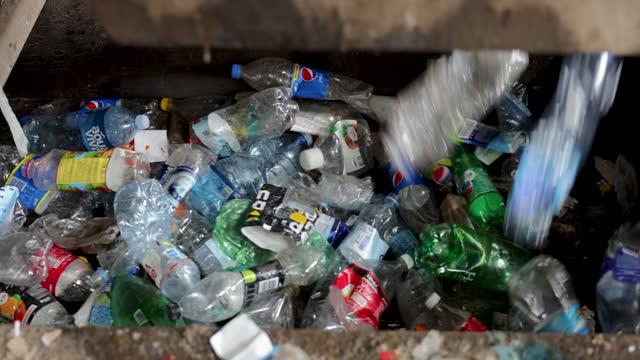 カラフルなペットボトルのコレクション - リサイクル工場点の映像素材/bロール