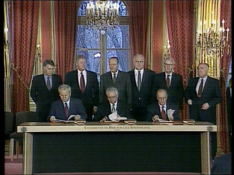 vidéos et rushes de collection; t14129502 tx 14.12.95 bosnia agreement ratified france: paris: elysee palace: us president bill clinton meets and skes hands with french... - bosnie herzégovine