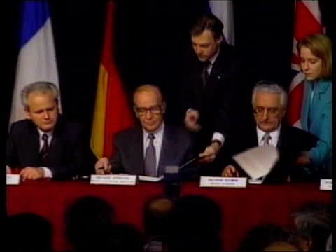 collection t21119506 ohio dayton dayton accord signed by balkan leaders of former yugoslavia serbian president slobodan milosevic bosnian president... - bosnia and hercegovina stock videos & royalty-free footage