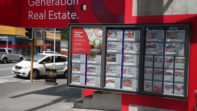 vidéos et rushes de collective first national real estate agency advertisements in wellington, new zealand on friday, november 27, 2020. a housing frenzy at the bottom... - lotissement