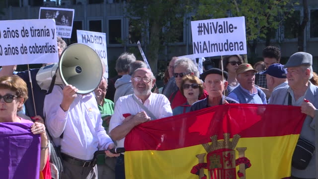 stockvideo's en b-roll-footage met collectives 'nivallenialmudena' demonstration in front of the spain's supreme court after it resolution on franco's exhumation court supreme has... - pardo