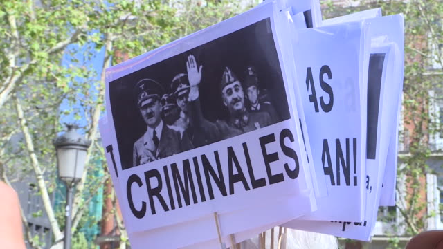 stockvideo's en b-roll-footage met collectives 'nivallenialmudena' demonstration in front of the spain's supreme court after it resolution on franco's exhumation. court supreme has... - pardo