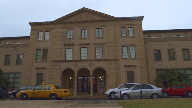 vidéos et rushes de college building, 'music & dramatic arts', light rain - façade