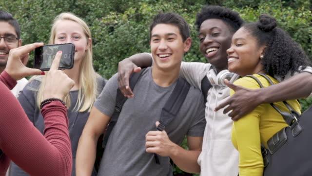 vídeos de stock, filmes e b-roll de college friends taking a photo with a smart phone - universidade