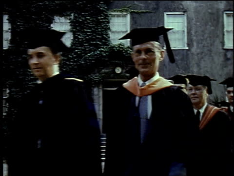 stockvideo's en b-roll-footage met 1957 montage college graduation ceremony / new york city, new york, united states - diploma