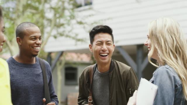 大学は新しい人に会うのに最適な場所です - キャンパス点の映像素材/bロール