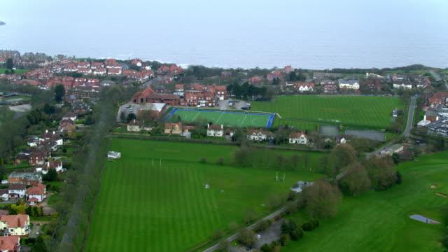 vídeos de stock, filmes e b-roll de college playing fields  houses and south bay scarborough, north yorkshire, england - scarborough norte de yorkshire