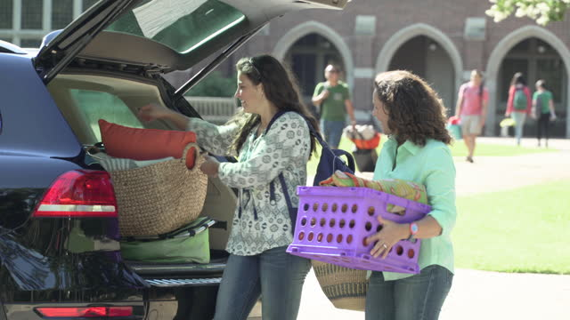 college student moving into dorm - heckklappe teil eines fahrzeugs stock-videos und b-roll-filmmaterial