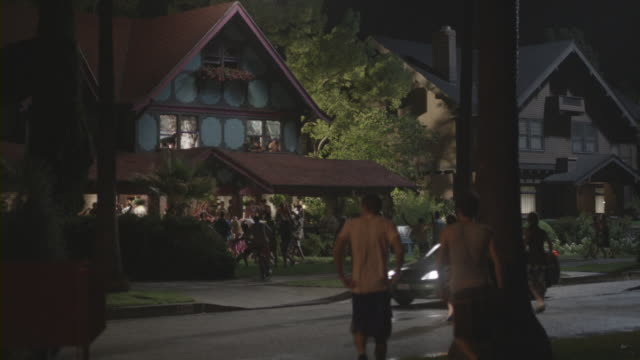 vidéos et rushes de college students partying at fraternity houses. - façade