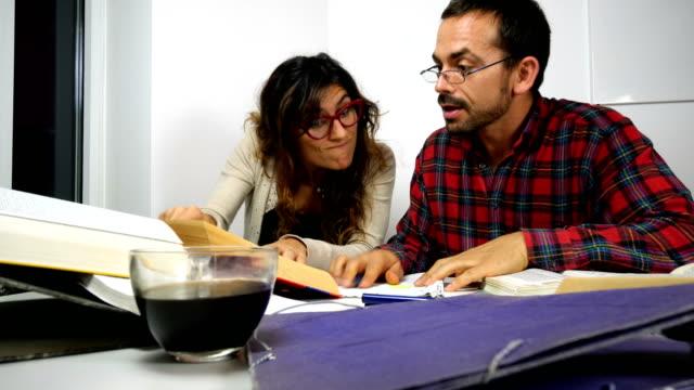 College-Studenten teilen lernen Schreibtisch