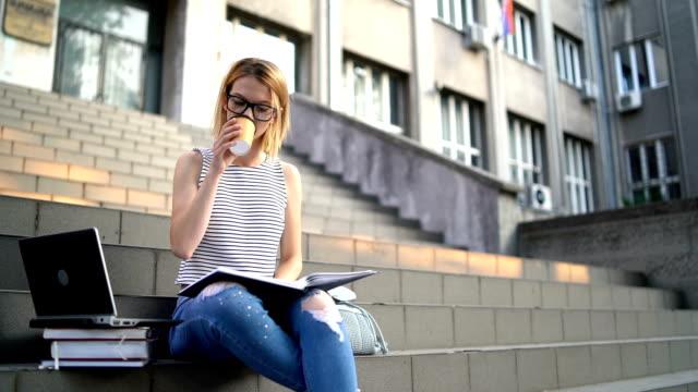 階段で勉強している大学生の女性 - 勉強する点の映像素材/bロール
