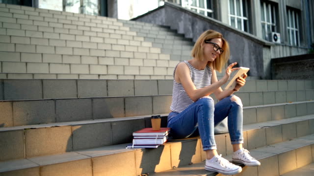 college-frau mit tablet - staircase stock-videos und b-roll-filmmaterial