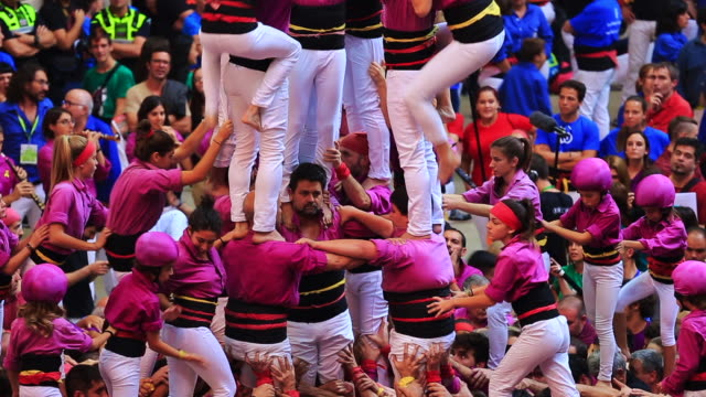 vidéos et rushes de colles de castellers are building different castells are tall human towers during the bianual concurs de castells competitions in tarragona - bras humain