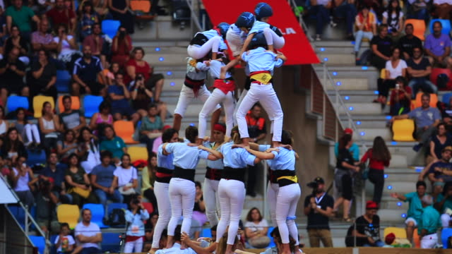 stockvideo's en b-roll-footage met colles de castellers are building different castells are tall human towers during the bianual concurs de castells competitions in tarragona - menselijke ledematen
