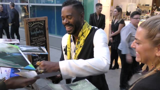 vídeos y material grabado en eventos de stock de colman domingo signs for fans outside the assassination nation premiere at arclight cinerama dome in hollywood in celebrity sightings in los angeles, - cinerama dome hollywood