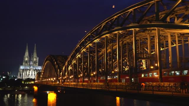 kölner dom und hohenzollernbrücke in der abenddämmerung deutschland - kathedrale stock-videos und b-roll-filmmaterial