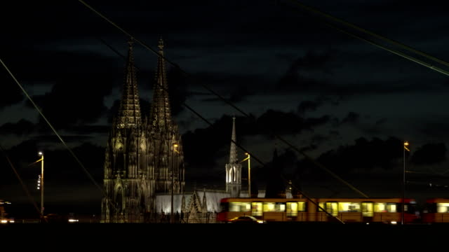 vídeos de stock, filmes e b-roll de cologne cathedral at night - catedral