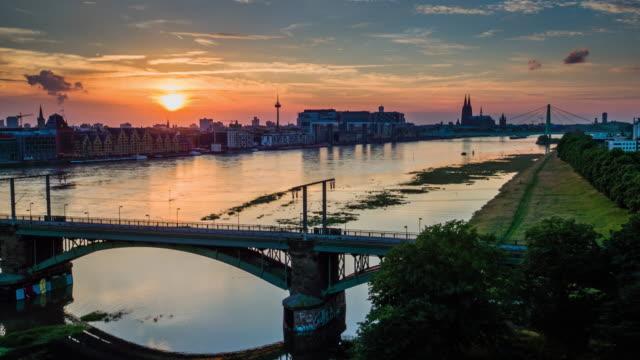 Antenne: Kölner City bei Sonnenuntergang - Deutschland