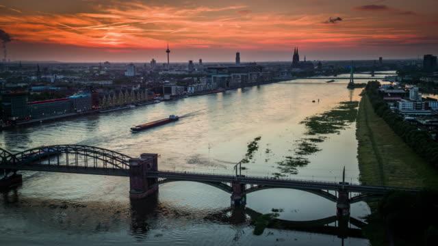 Antenne: Kölner Stadtbild bei Sonnenuntergang - Deutschland