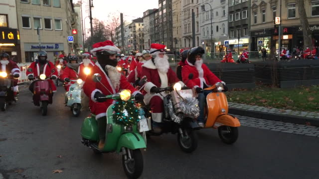 hundreds of santas on the bike on the street of cologne germany - weihnachtsfrau stock-videos und b-roll-filmmaterial