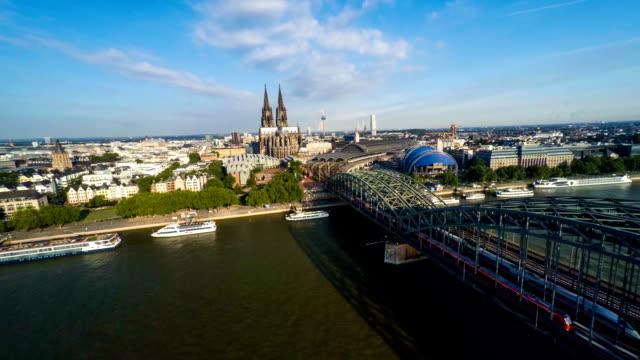 Antenne: Kölner Skyline und Rhein