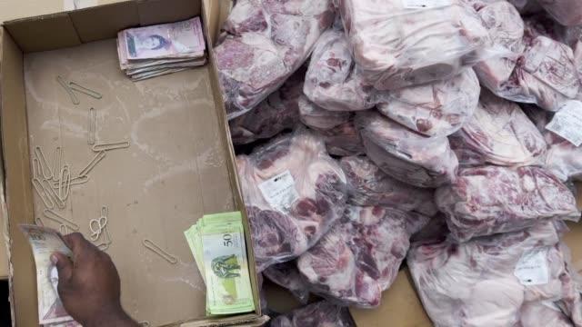 Colombia autorizo el envio de unas 50 toneladas de pernil de cerdo a Venezuela tras las protestas generadas en ese pais por la ausencia de este...