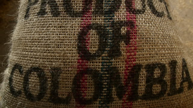 colombia coffee bag slow motion - 麻袋点の映像素材/bロール