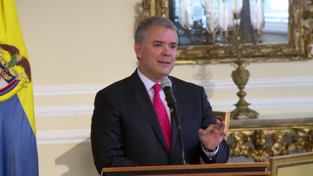 Colombia reforzo el lunes su política interna para combatir las drogas mediante un decreto que le permitira a la policia decomisar hasta la dosis...