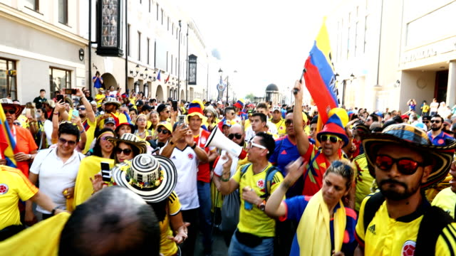 vidéos et rushes de colombian fans make their way through the streets of kazan. colombia plays poland on the 24th in kazan - colombie