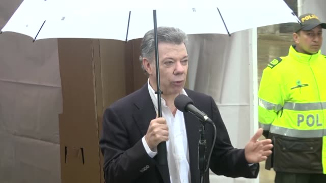 vídeos de stock, filmes e b-roll de colombian president juan manuel santos vote in referendum on whether to ratify a historic peace accord to end a 52year war between the state and the... - eleição