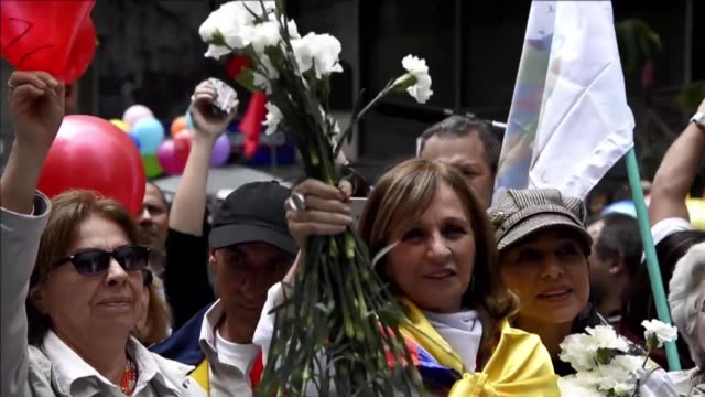 colombians celebrate the signing of a ceasefire agreement between the government of juan manuel santos and the farc guerrilla, one of the last steps... - ceasefire stock videos & royalty-free footage