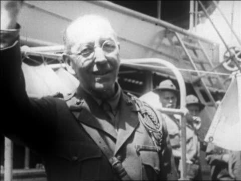 vídeos de stock, filmes e b-roll de colonel harold snyder waving hat smiling outdoors / san francisco / newsreel - só um homem idoso