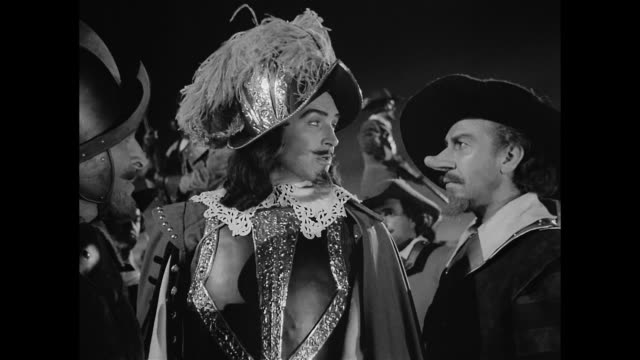 a colonel (ralph clanton) has high expectations for cyrano de bergerac (josé ferrer) and the others in his troop - 17世紀点の映像素材/bロール