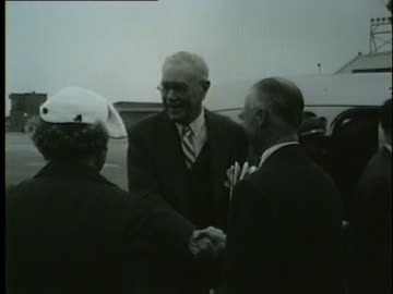 colonel robert r. mccormick, editor and publisher of chicago tribune, getting on a plane, march 22, 1953. - torre del tribune video stock e b–roll