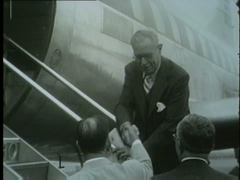 colonel robert r. mccormick, editor and publisher of chicago tribune, getting on a plane, march 22, 1953. - トリビューンタワー点の映像素材/bロール