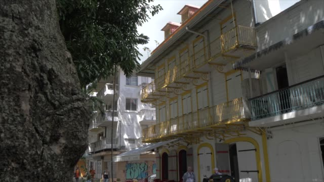 vidéos et rushes de colonial architecture in victory square, pointe-a-pitre, guadeloupe, french antilles, west indies, caribbean, central america - guadeloupe