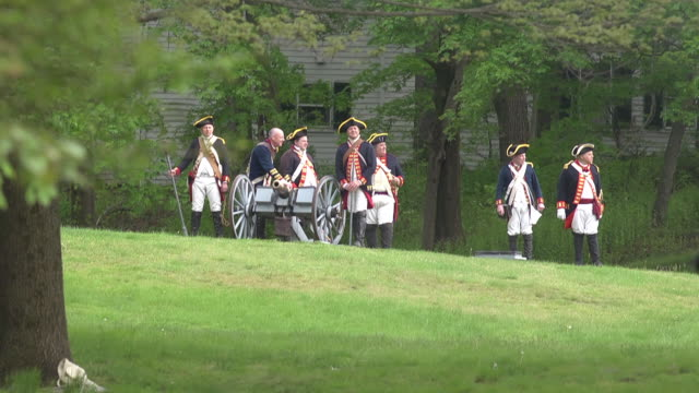 colonial soldiers during the revolutionary war fire a canon during a battle reenactment. - colonial reenactment stock videos & royalty-free footage