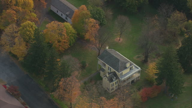 vídeos y material grabado en eventos de stock de aerial colonial style houses on tree lined street with autumn foliage / catskill, new york, united states - colonial