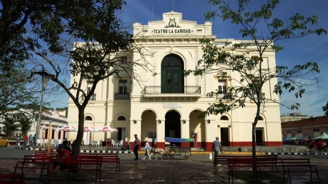 stockvideo's en b-roll-footage met koloniale theater in santa clara, cuba - cuba