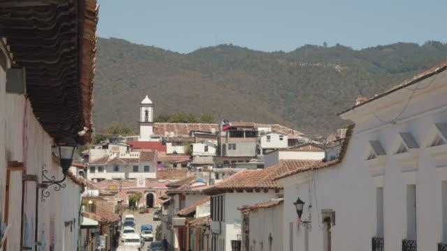 vídeos y material grabado en eventos de stock de colonial-style buildings in a village in san cristobal de las casas, chiapas, mexico - pared de cemento