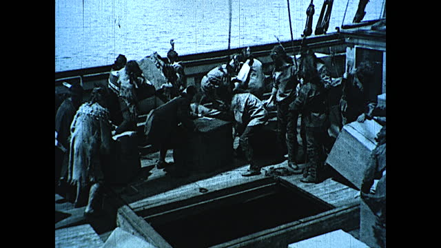 vidéos et rushes de colonists dressed up as native americans boarding cargo ship and throwing tea into the ocean to protest the tea tax. historical reenactment of early... - image du xviiième siècle