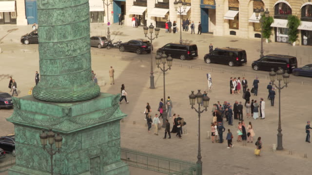 stockvideo's en b-roll-footage met colonne vendome and élégant people - colonne vendome